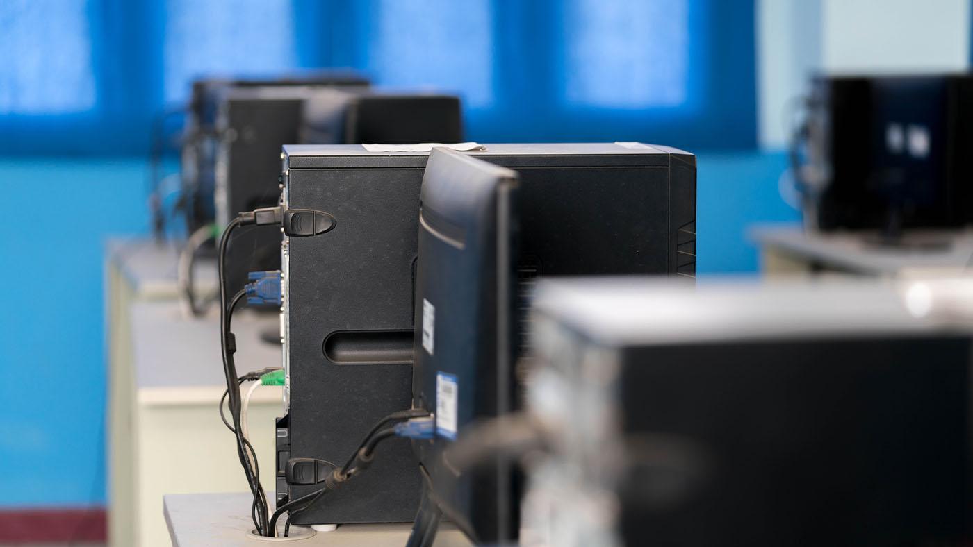 Formación Universitaria donación de equipos informáticos